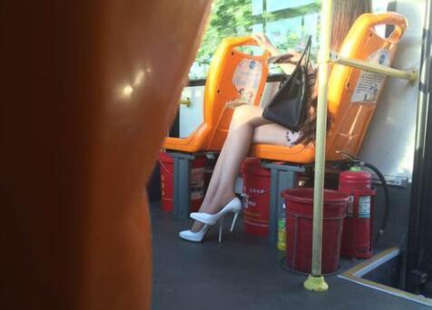 男子公交车偷拍女乘客隐私部位 翻看照片时被抓现行