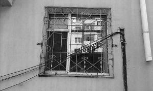 """锦州一小区楼门口吊着电线 稍不留神就被""""锁喉"""""""