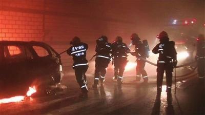 车辆隧道内自燃 消防员戴呼吸器前往救援