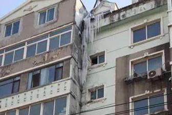 """丹东一居民楼惊现""""冰瀑""""最长达2米多"""