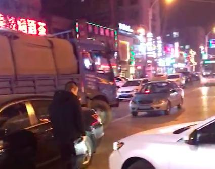 抚顺两辆轿车发生剐蹭堵住半幅马路