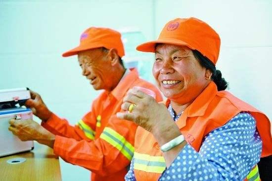 锦州市领导为环卫工人送清凉