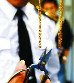男子抢夺金项链撞上警察被抓现行