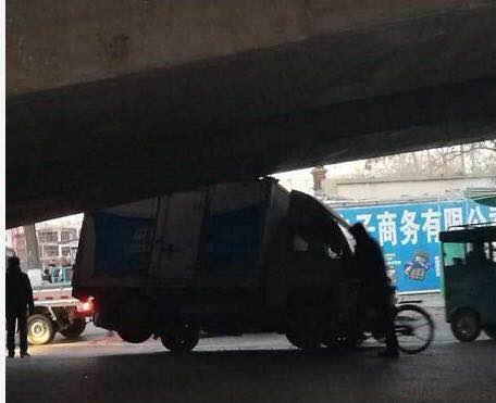 身高多少自己不知道?朝阳一小货车在立交桥下卡住