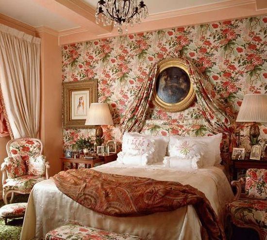 卧室墙纸搭配:电视墙的颜色是黄棕色,窗帘是银灰色,用金色的.