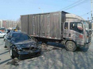 沈阳皇姑区两车路口相撞 车损严重无人员伤亡