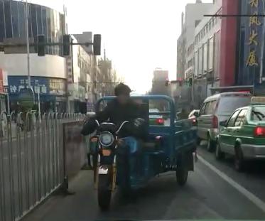 法库小三轮逆行挡路 轿车都给让路