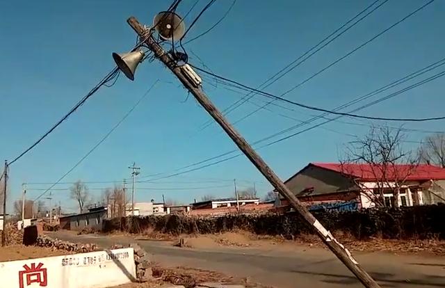 调兵山孤山子电线杆被撞倾斜 岌岌可危