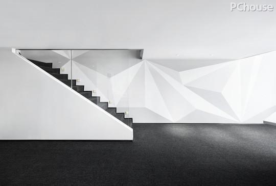 楼梯背景墙上横竖线条的不同表现,延伸视线的同时也产生了虚与实的