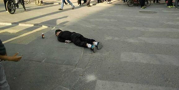 沈阳一男子突然倒地猝死 目击者称行走时突然前倾图片