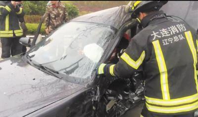 信号灯故障致两车相撞 车体变形严重司机被困