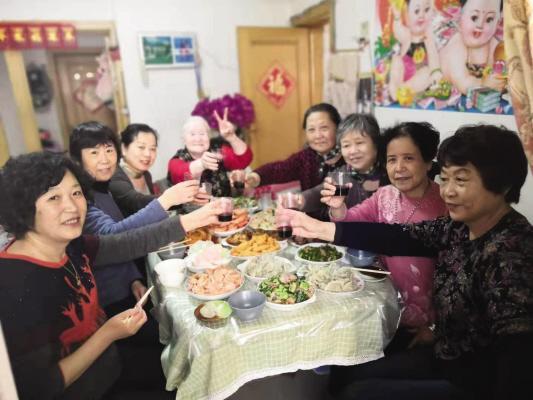 大连八位老邻居组成了姐妹团抱团养老