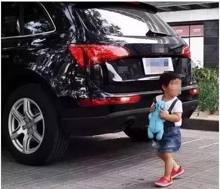 车辆再小也会有盲区 启动时环顾四周最安全