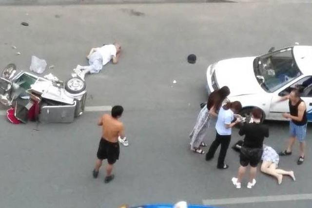银州出租和三轮车相撞 三轮连人带车带人被撞飞