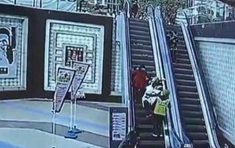 监拍扶梯上婴儿车翻倒 热心外卖小哥飞奔救娃