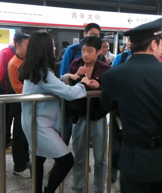 女子地铁上抽猥琐男_沈阳地铁惊现猥琐男 被猛女抓现形