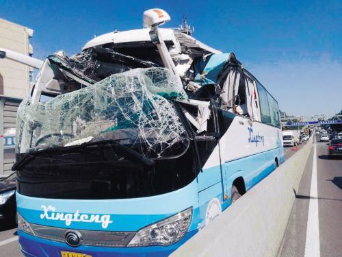 大客撞上限高杆致驾驶室变形 路人救出被困司机