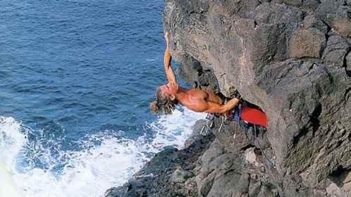 达人攀爬峭壁失手坠落 贝尔野外真人秀出事故