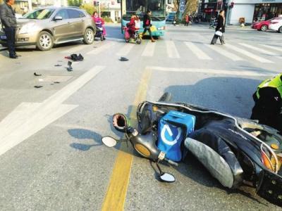 我开车右转与直行电动车发生碰撞,对方车头撞了我车尾部,谁的责任大