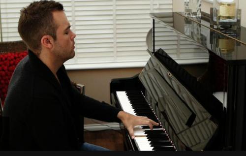 英国蒂姆钢琴励志青年介绍:英皇音乐学院单手钢琴家麦卡锡图片