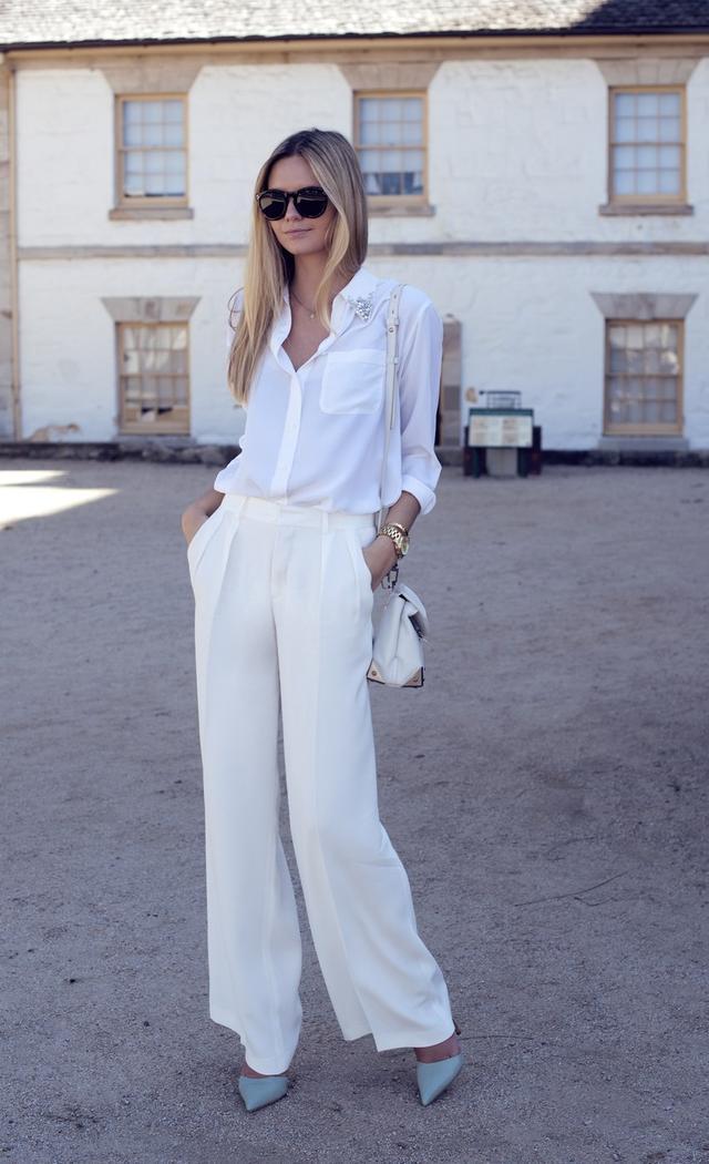 美照。她身穿白色上衣搭配印有