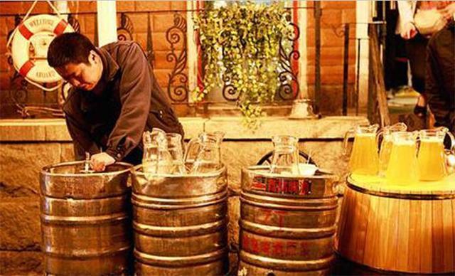 把啤酒装到塑料袋里 去青岛啤酒应该这么喝