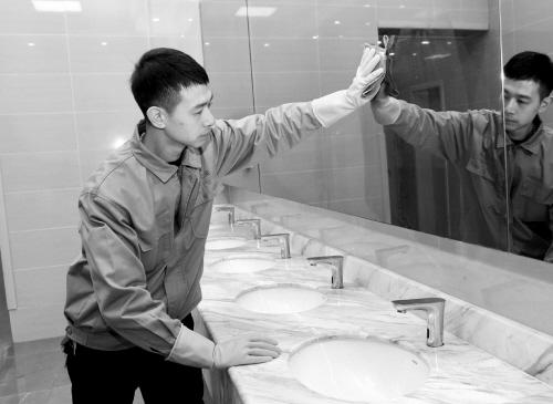 90后小伙主动脱制服当北站保洁员吸引央视采访 为啥?