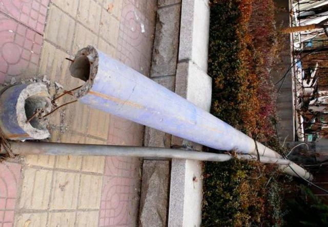 注意!阜新新华路上有一个倾斜严重的电线杆