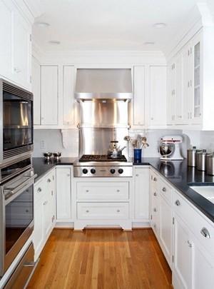 白色欧式橱柜与深色大理石台面让这间厨房显得大气