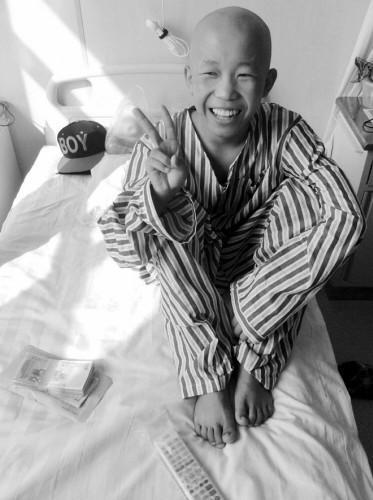 14岁患恶性骨肉瘤男孩今 换骨 26岁继父陪伴图片