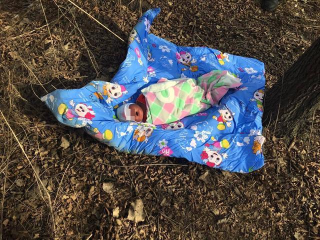 一汽附近惊现被弃女婴 小花被儿包裹嘴唇黑紫