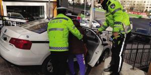 79岁老人寒风中体力不支无法行走 交警帮忙联系家人