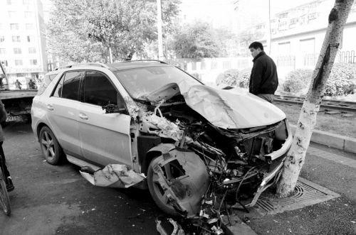 一辆价值百万元的奔驰越野车被撞得面目全非,损失惨重.