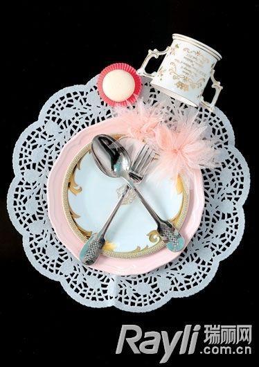蕾丝餐垫加上粉色花边餐盘,优雅的感觉不言而喻.