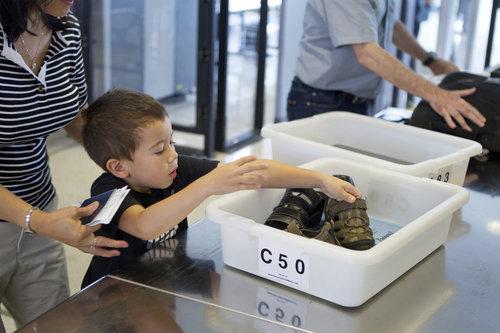 美国各地机场安检 严格繁琐超出想象