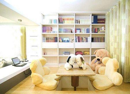 在空着的地方再摆放一张书桌就成了一个小书房了.图片