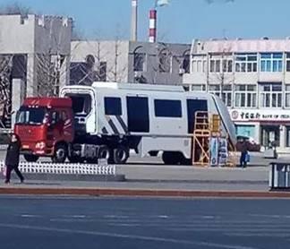 今天上午,有市民在市内的大街上看到运输的轻轨车头,葫芦岛步入轻轨