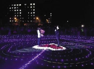 理工大学校园上演浪漫求婚 男事业有成女将毕业图片