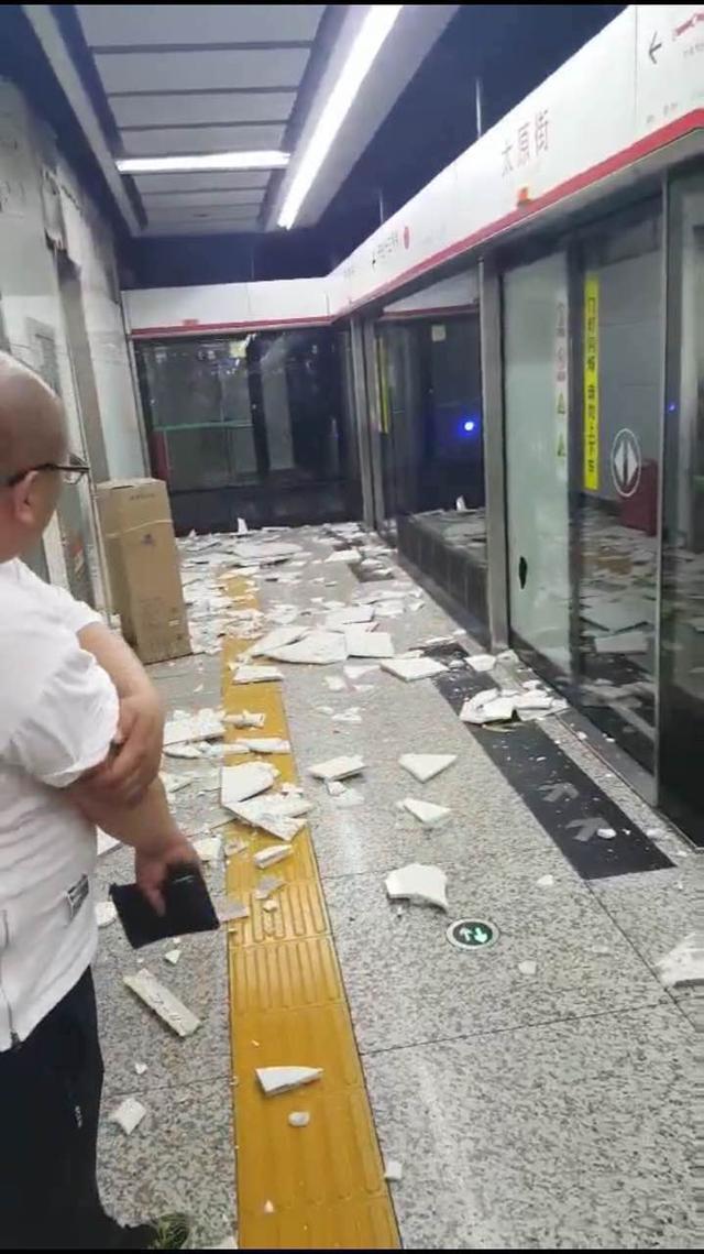 沈阳一处地铁站内墙砖脱落 乘客险些被砸