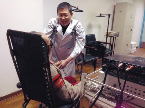 小儿麻痹男子拄双拐读博士 第一名考入事业单位