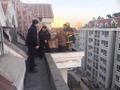 丹东八旬老人被困楼顶 吓坏小区居民