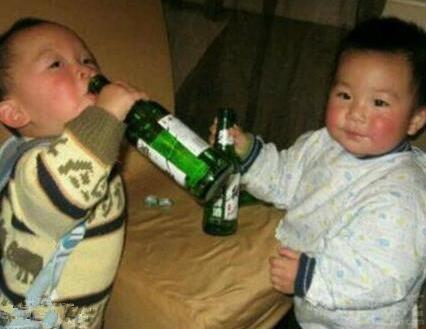 8岁男孩被灌2两白酒半瓶啤酒 孩子酒精中毒昏迷