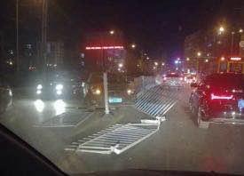 不走寻常路 轿车冲上护栏硌掉了车轮