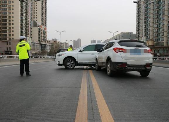 轿车双黄线掉头被交警拦下