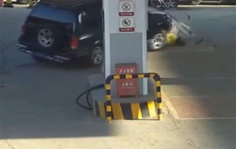 实拍鞍山女司机加油站误踩油门 工作员工被撞重伤