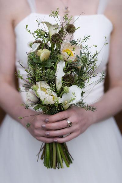 用发夹或发胶将花叶固定在头发上.图片