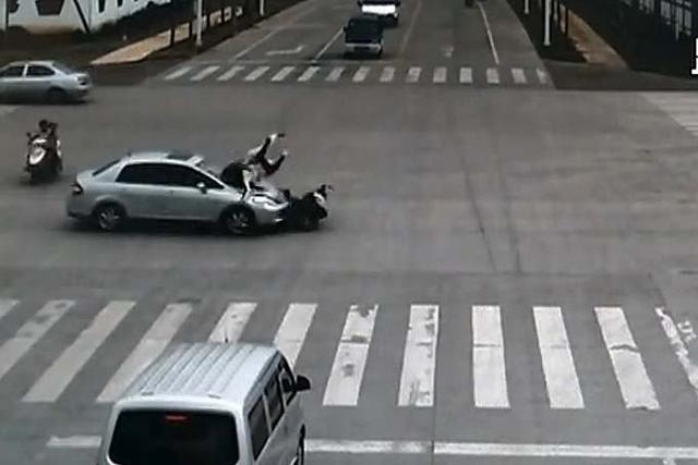 沈阳一男子路口闯红灯被车撞倒后呼呼大睡……