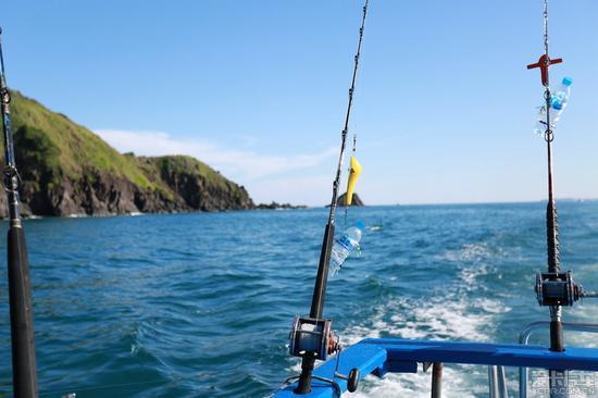 拖钓:就是在水中拖动钓饵,使鱼发现有活饵,便来咬钩。