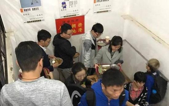 北大学生被曝在食堂站着吃饭 校方回应