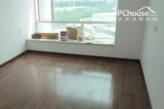 铺装木地板时,墙边至少要留出1厘米左右的伸缩缝,以防潮湿季节